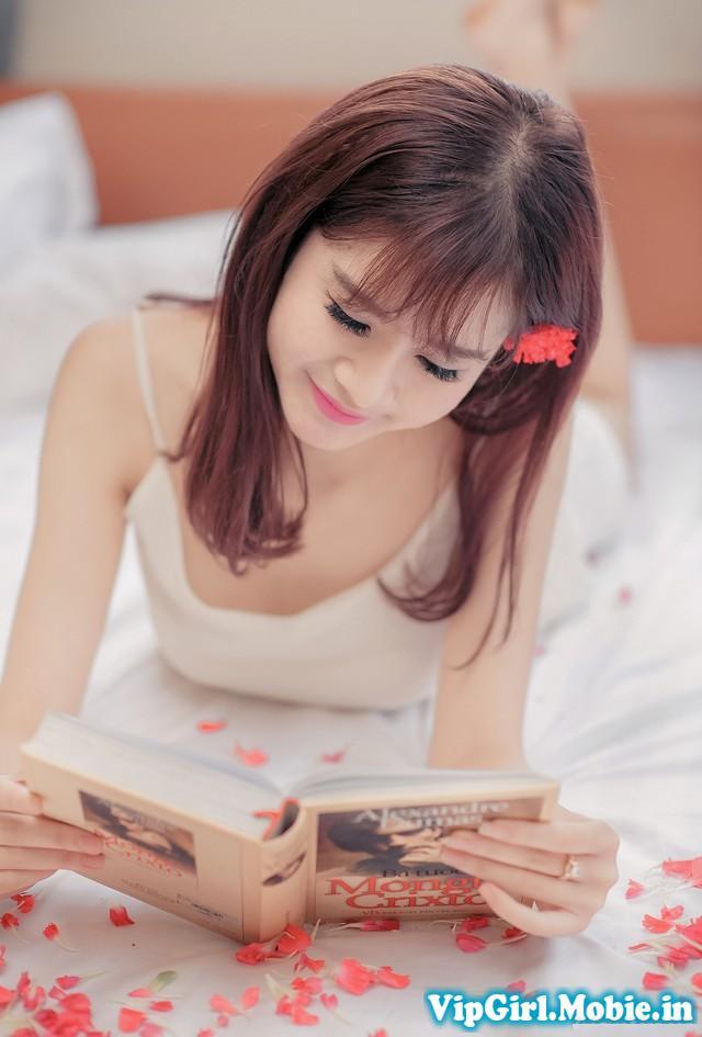 Gái xinh gợi cảm trên giường với tà áo mỏng manh