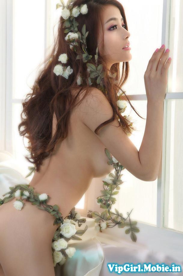 Gái xinh khỏa thân nghệ thuật khoe ngực với hoa và lá|raw
