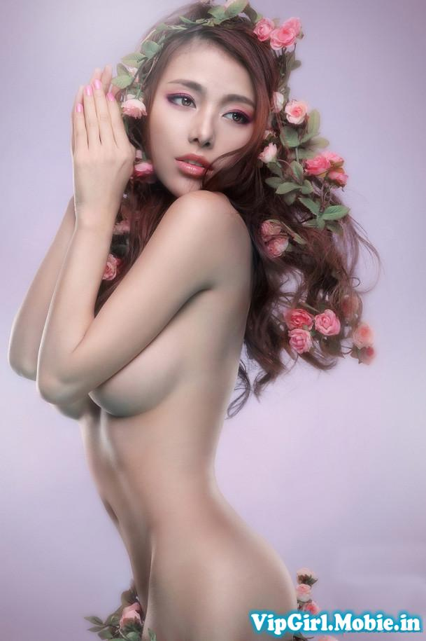 Gái xinh khỏa thân nghệ thuật khoe ngực với hoa và lá