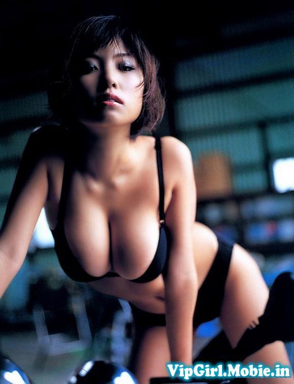 Gái xinh Nhật Bản với bikini sexy ngực cực khủng